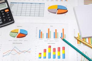 Графики, диаграммы, калькулятор на столе